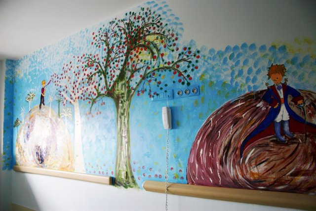 Habitación De Pediatría De Un Hospital Con Dibujos Infantiles