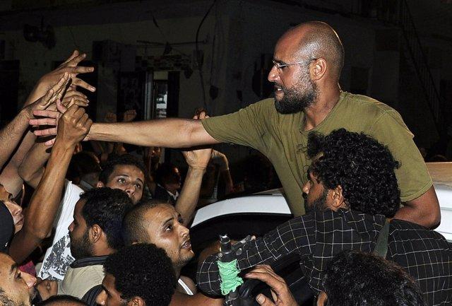 Saif A Lslam, Hijo De Muamar Gadafi, Saluda A Sus Partidarios En Trípoli.