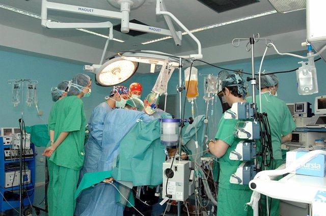 Cirujanos Andaluces Realizando Un Trasplante En Quirófano