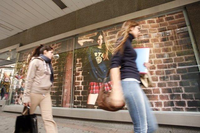Adolescentes Que Ven Imágenes En Medios Relacionados Con La Ima