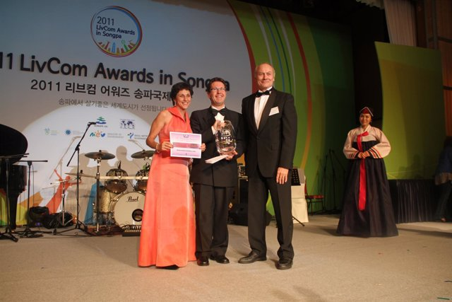 El Alcalde De Gotarrendura (Ávila) Junto Al Embajador De España En Corea
