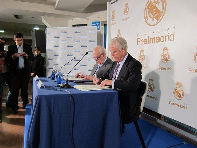 Martínez De Letona Y Sánchez Durante La Firma Del Convenio