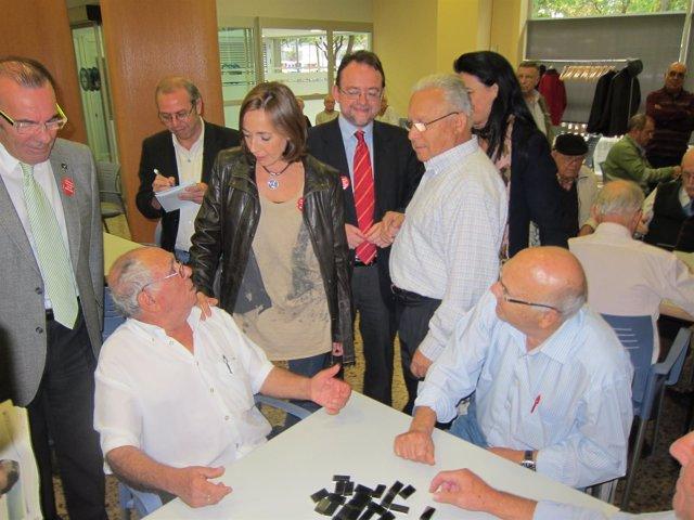 Mònica Almiñana (Candidata Al Senado PSC) Y Daniel Fernández Con Jubilados