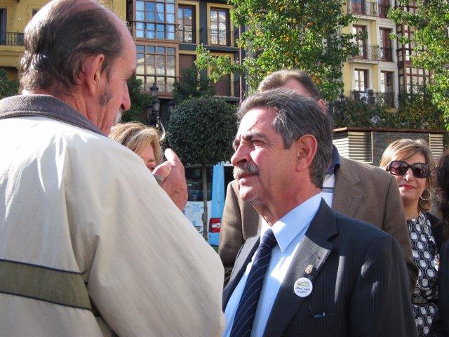 Revilla Hablando Con Ciudadanos En Santander