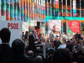 """AMP.- Rubalcaba critica """"los silencios imperdonables"""" de un Rajoy que """"ni ha pensado"""" en el problema de Italia"""
