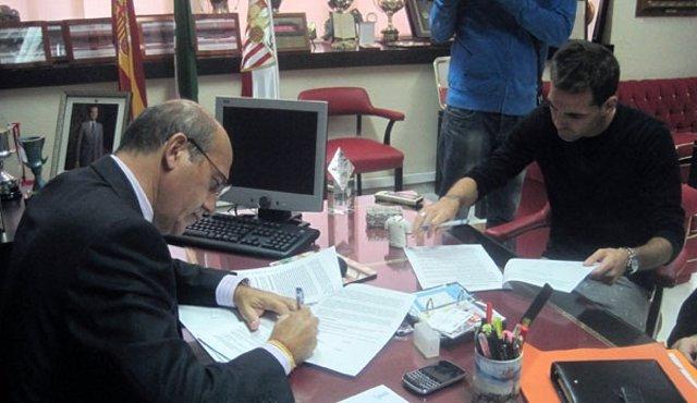 Fernando Navarro Firma Su Nuevo Contrato