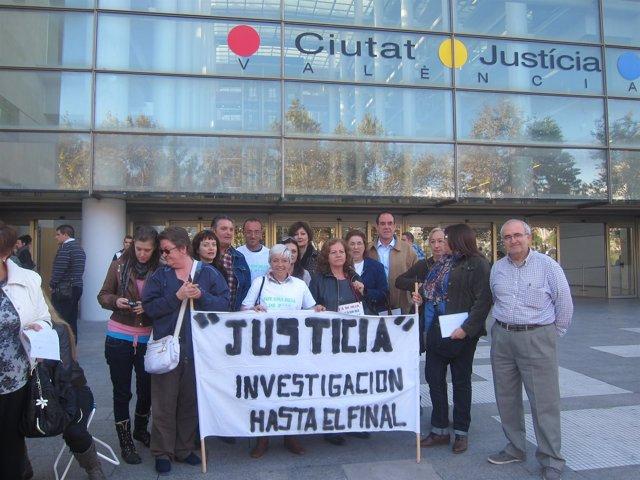Concentración De 'Niños Robados' Ante La Ciudad De La Justicia