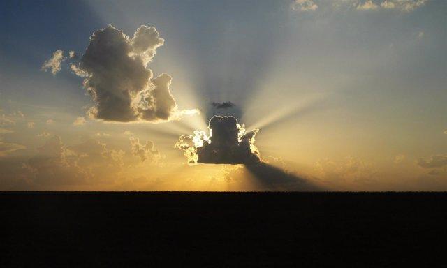 Fotografía Sol Oculto Por Las Nubes