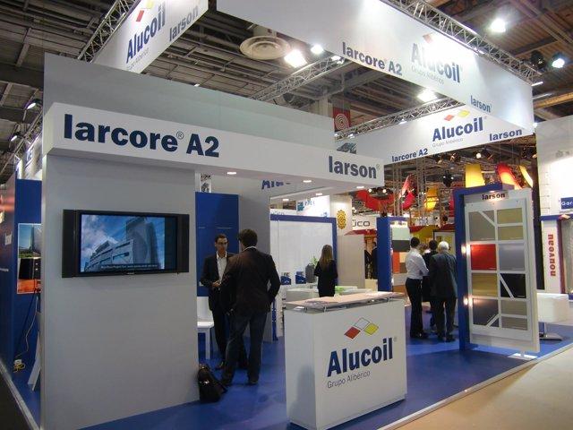 Expositor De La Empresa Alucoil En La Feria Batimat 2011, En París