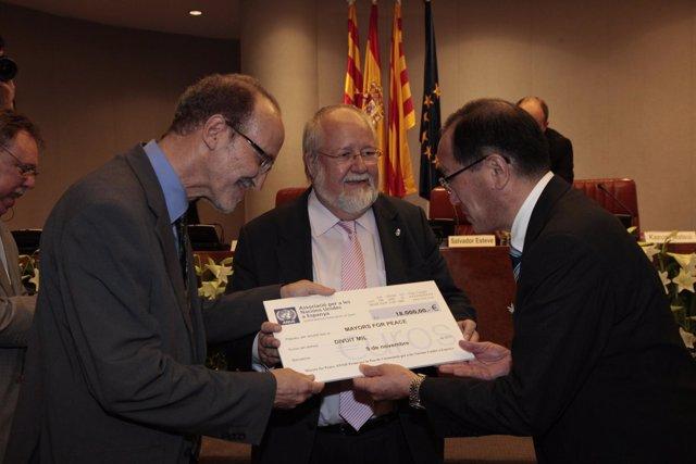 Entrega De Un Premio Al Alcalde De Hiroshima