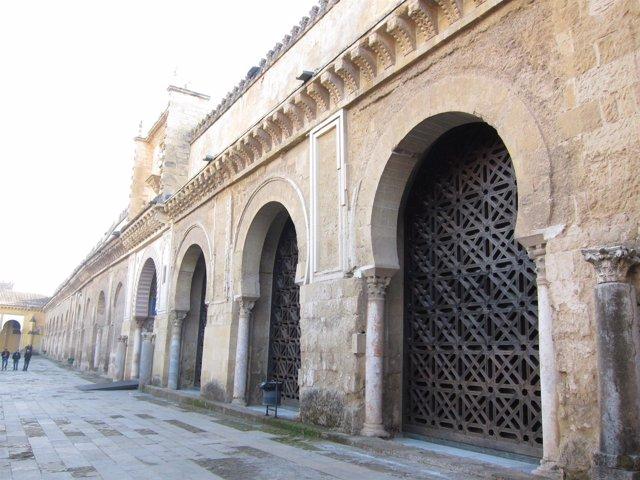 La Fachada Norte De La Catedral, Con La Celosía Que Se Quiere Abrir (Dcha.)