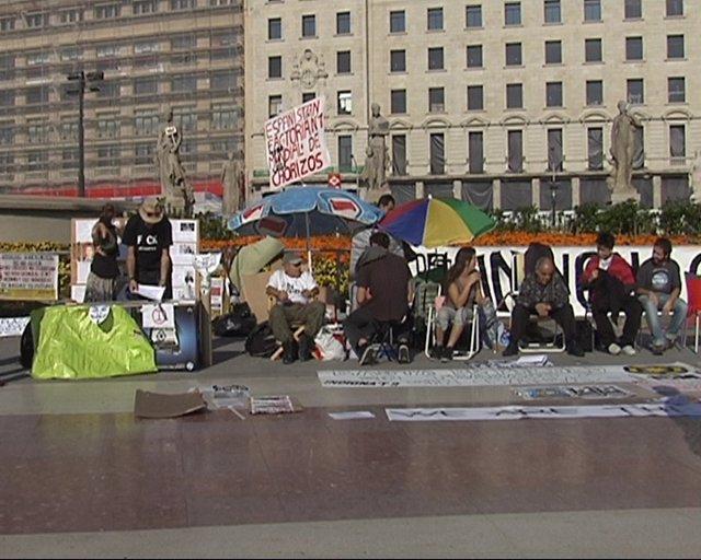 Una Decena De 'Indignados' En La Plaza Catalunya De Barcelona
