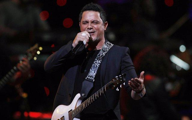 Alejandro Sanz Cantando