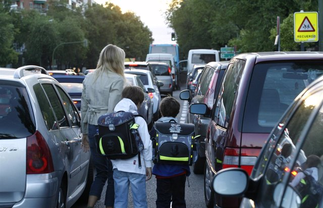 Niños A La Entrada Del Colegio