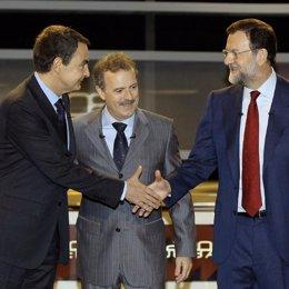 Zapatero y Rajoy se estrechan las manos antes de debate en presencia de Campos V