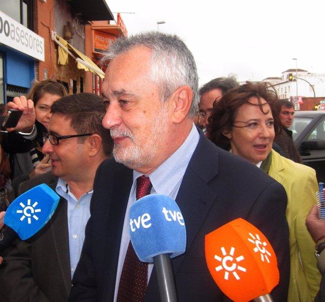 Griñán Atiende A Los Medios Antes De Un Acto Electoral Del PSOE-A