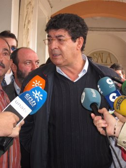 El Coordinador General De IULV-CA, Diego Valderas, Ante Los Medios.
