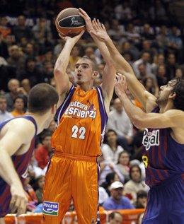 Nando De Colo Y Víctor Sada, Valencia Basket - FC Barcelona Regal (Baloncesto)