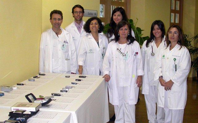 Profesionales Posan Junto A Glucómetros Para Medir El Nivel De Glucosa
