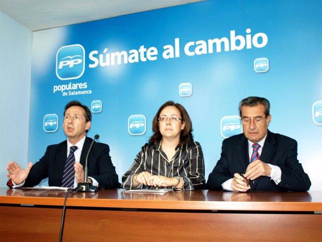Gonzalo Robles, María Jesús Moro Y José Muñoz En La Sede Del Partido