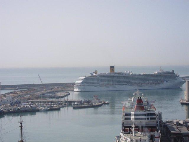 Crucero Atracado En El Puerto De Málaga