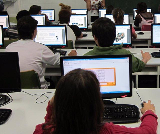 Estudiantes Con Ordenadores En Las Aulas