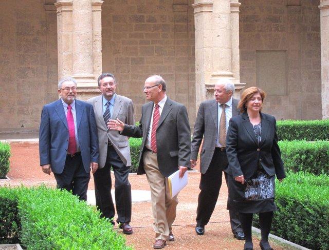 La Junta Directiva De La AVL Con El Presidente, Ramon Ferrer, En El Centro