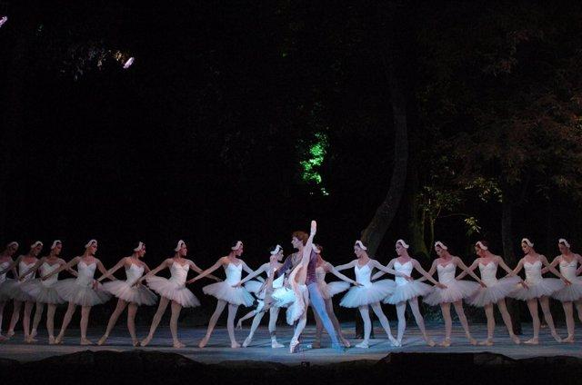 El Ballet De San Petersburgo Interpreta 'El Lago De Los Cisnes'.