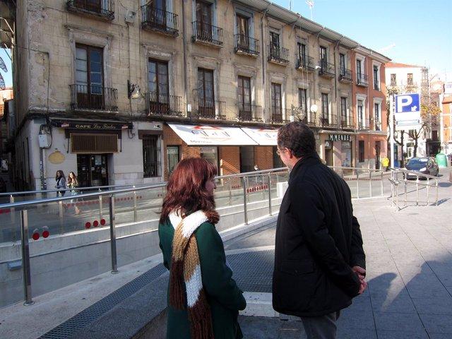 María Sánchez Y Manuel Saravia (IU) Ante El Edificio Declarado En Ruina
