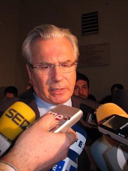 El Juez Baltasar Garzón Atiende A Los Periodistas