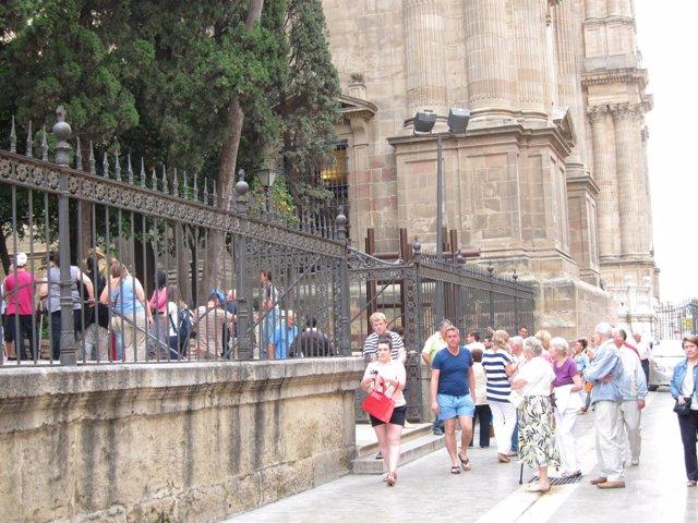 Turistas En Málaga En En Entorno De La Catedral
