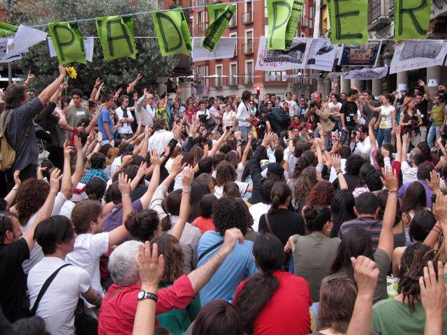 Votación Durante Una Asamblea Del Movimiento 15M