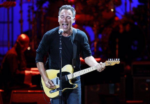 El Músico Estadounidense Bruce Springsteen Durante Un Concierto