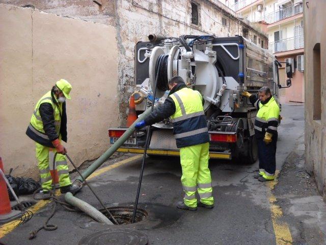 Técnicos Municipales Limpian Alcantarillas En La Ciudad De Valencia.