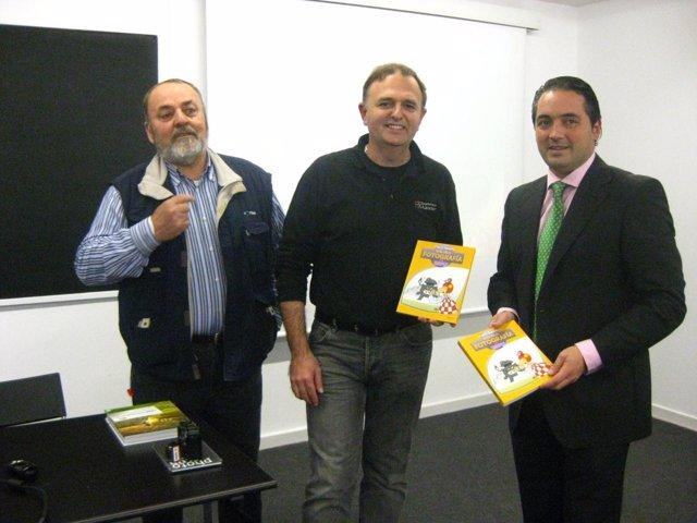 Gómez, A La Derecha, Durante La Presentación Del Libro
