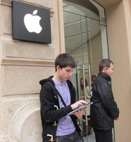 El Joven Que Pretende Ser El Primer Visitante De La Apple Store De Valencia