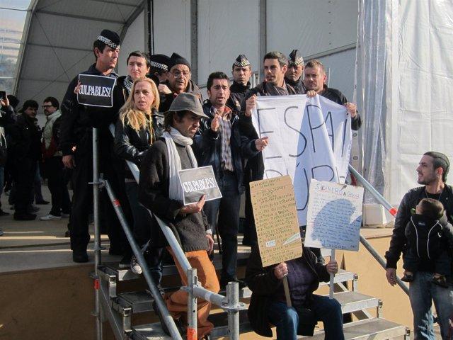 'Indignados' Contra La Pista De Hielo En Plaza Catalunya De Barcelona