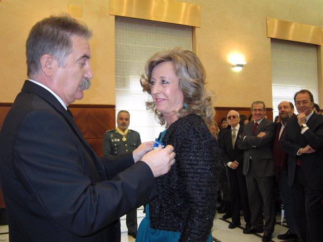 El Delegado Impone La Medalla A Mercedes Grijalba