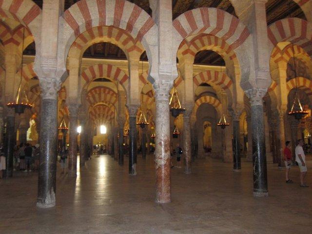 Interior De La Catedral Y Antigua Mezquita De Córdoba