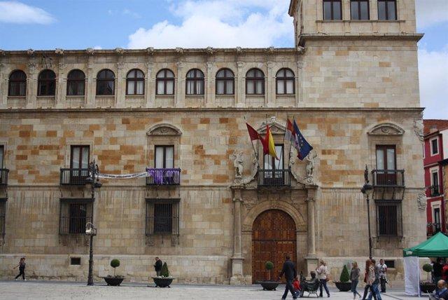 Fachada Del Palacio De Los Guzmanes, Sede De La Diputación De León.