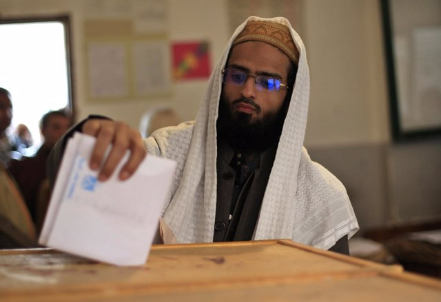 Un Hombre Mete Un Voto En Una Urna En Egipto