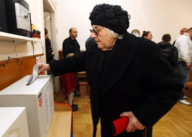 Gente Votando En Las Elecciones Legislativas En Croacia