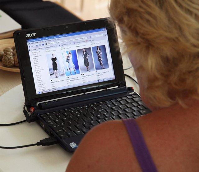 Señora Comprando A Través De Internet