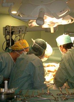 Médicos en el quirófano