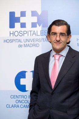 Uno De Los Autores Del Libro, Juan Abarca, Posa En HM Hospitales