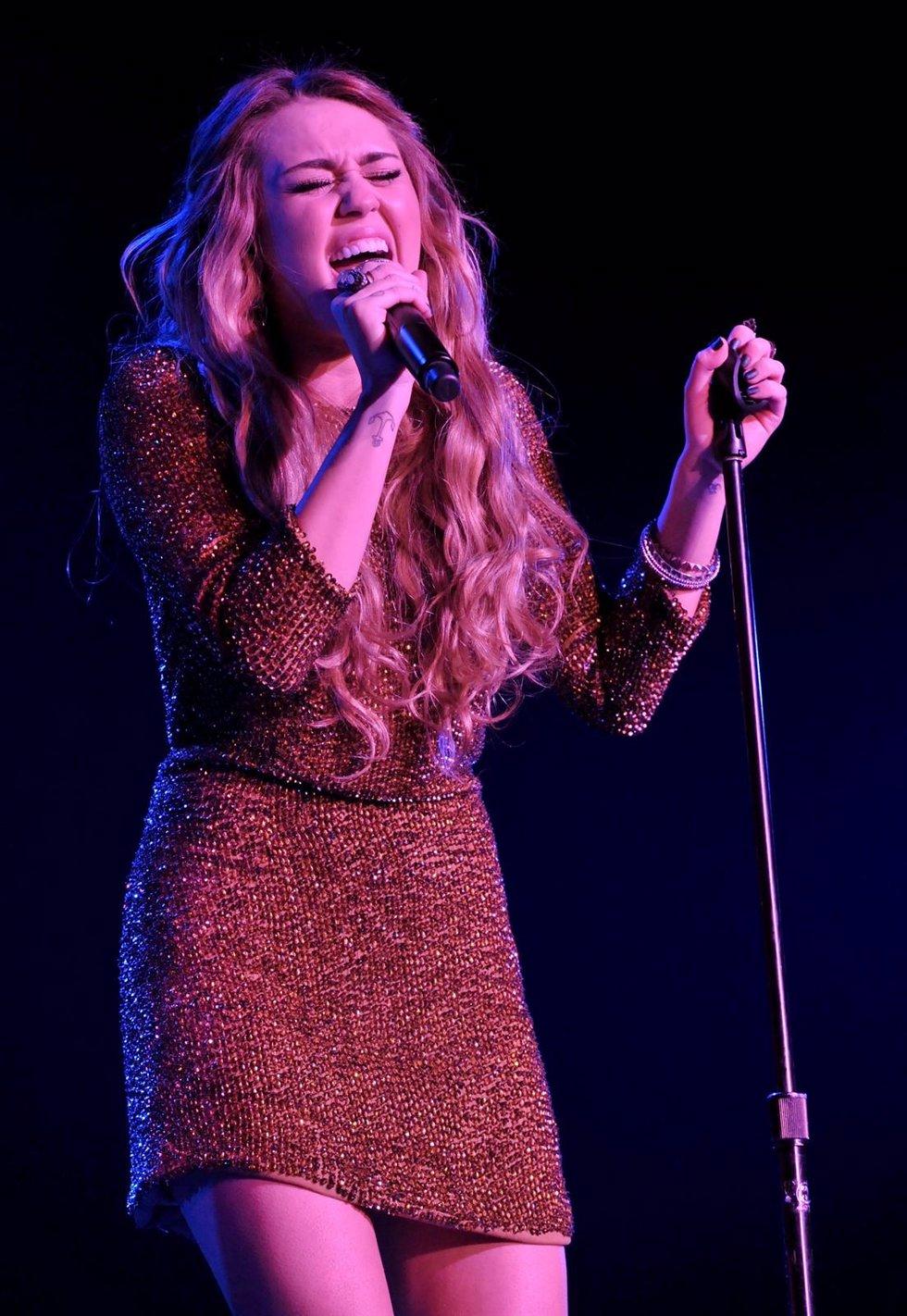 Miley Cyrus Cantando En Un Escenario
