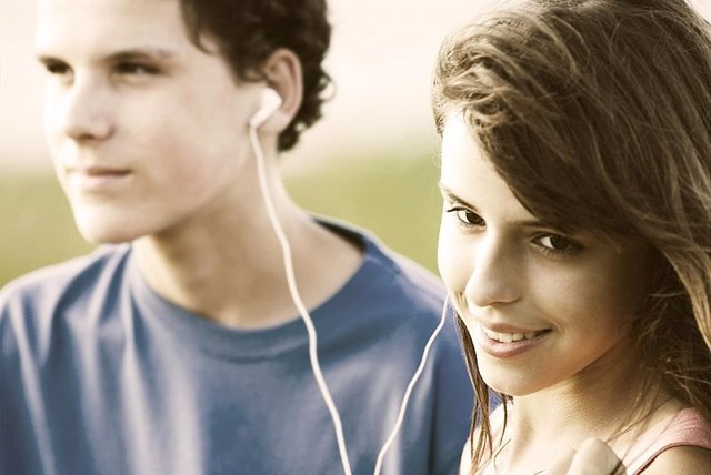 Adolescentes Compartiendo Música
