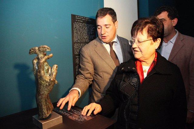 Luisa Pastor Y Miguel Bañusl Con La Réplica