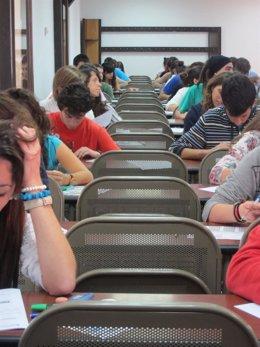 Alumnos Realizando Exámenes De Selectividad En Las  Aulas De La UCLM