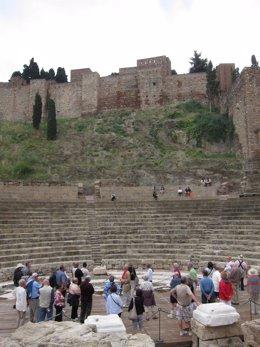 Turistas Pasean Por El Teatro Romano Y Alcazaba De Málaga